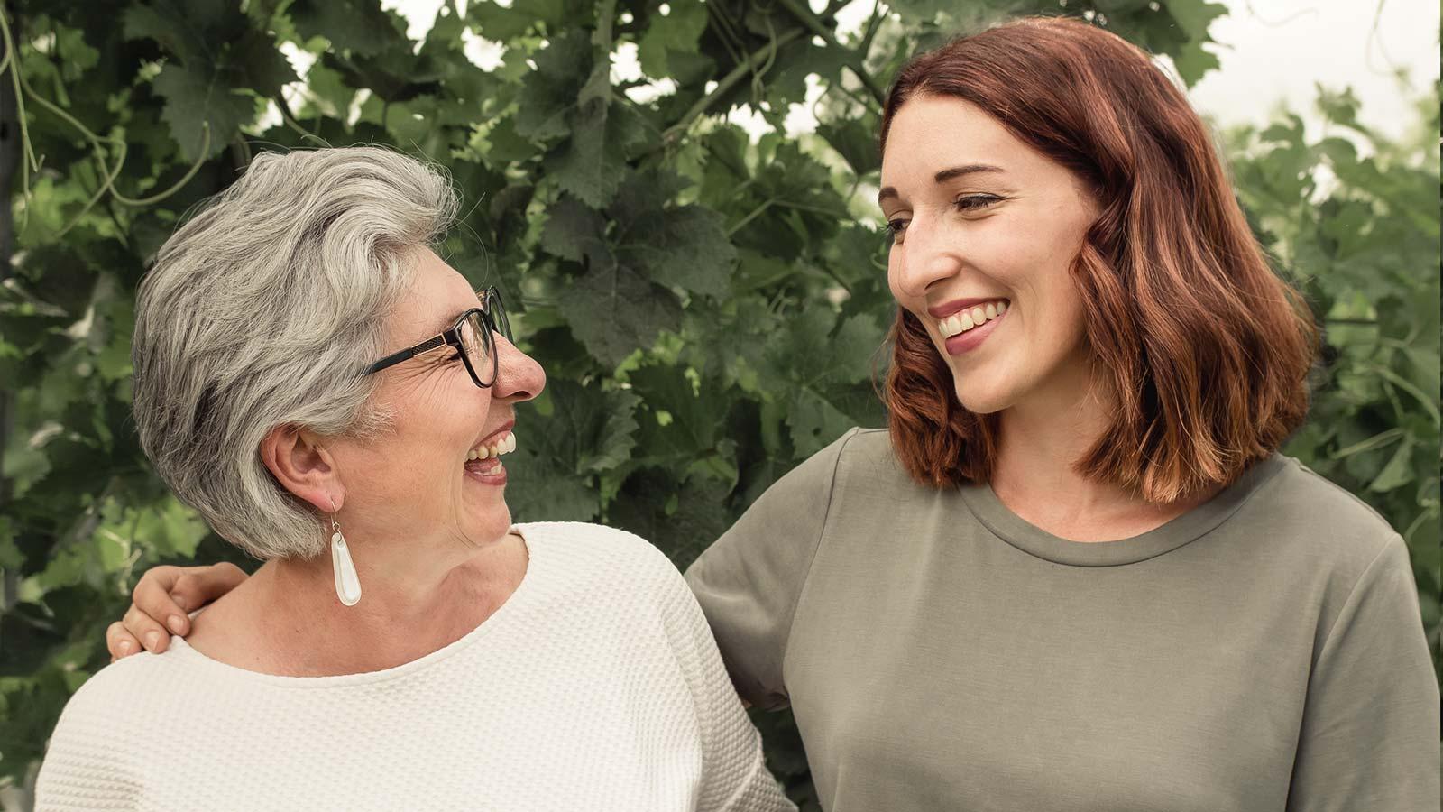 Maria Faber-Köchl und Anna Faber lachen bei Foto im Weingarten