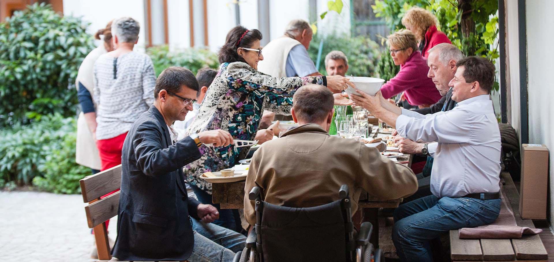 Tisch bei der Buschenschank Summerwine des Weingut Faber-Köchls
