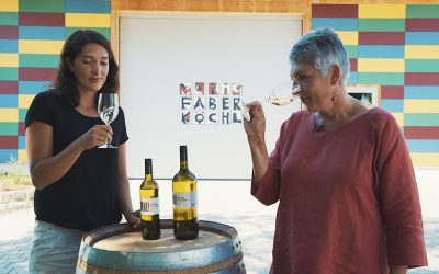 Anna Faber und Maria Faber-Köchl kosten Grünen Veltliner vor der Weinkellerei in Eibesthal