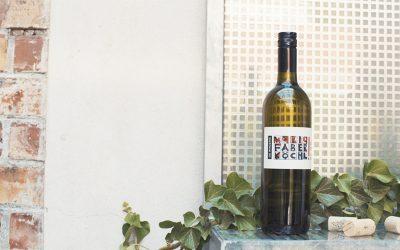 Eine Flasche Wein vom Weingut Faber-Köchl auf einem Fensterbrett