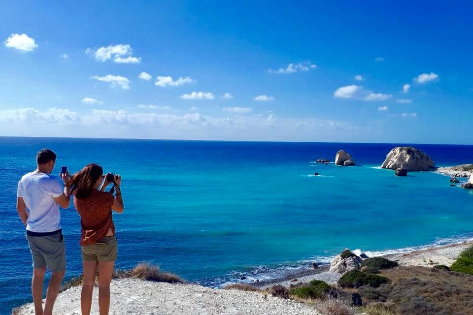 Anna mit einem wunderschönen Ausblick auf das Meer in Zypern
