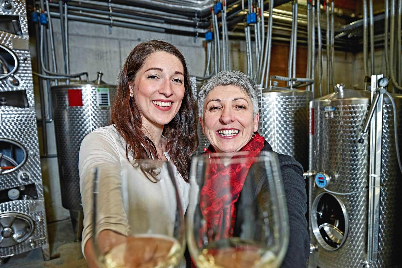 Anna Faber und Maria Faber-Köchl mit zwei Weingläsern
