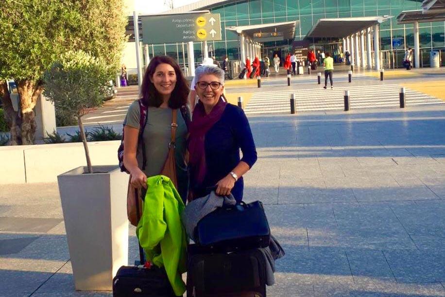 Anna und Maria bei ihrer Ankunft am Flughafen in Limassol