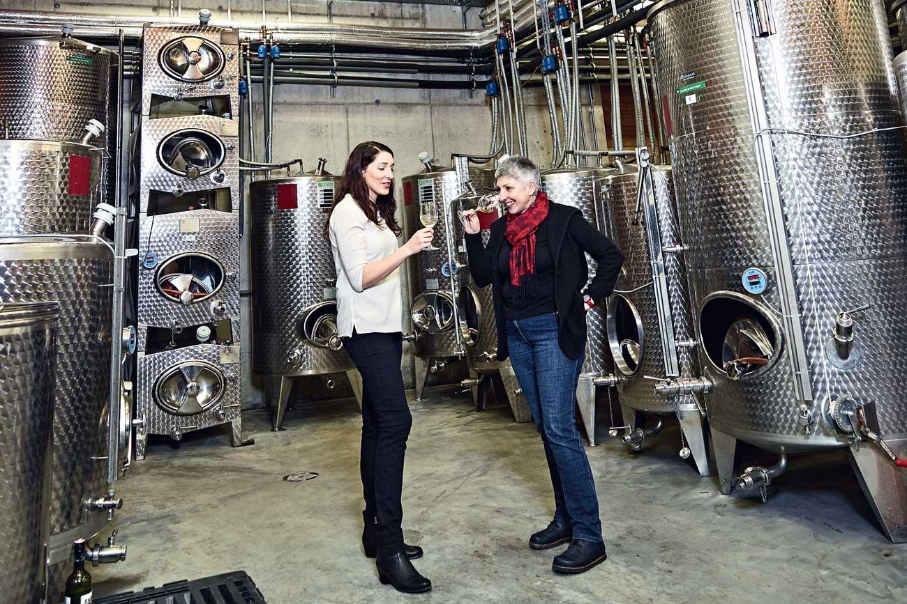 Maria Faber-Köchl und Anna Faber im Weinkeller