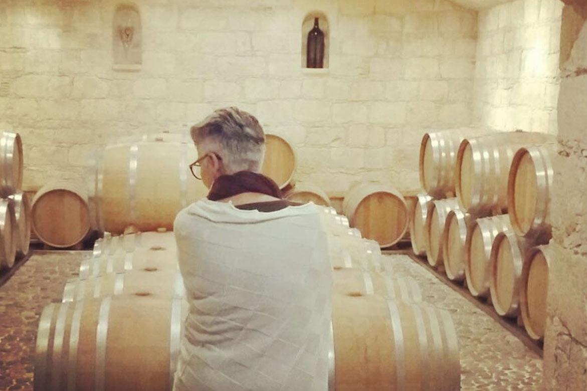 Maria Faber-Köchl vor Weinfässern in Zypern