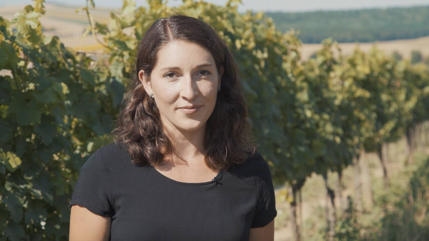 Klimawandel-Kritikerin Anna Faber steht im Weingarten