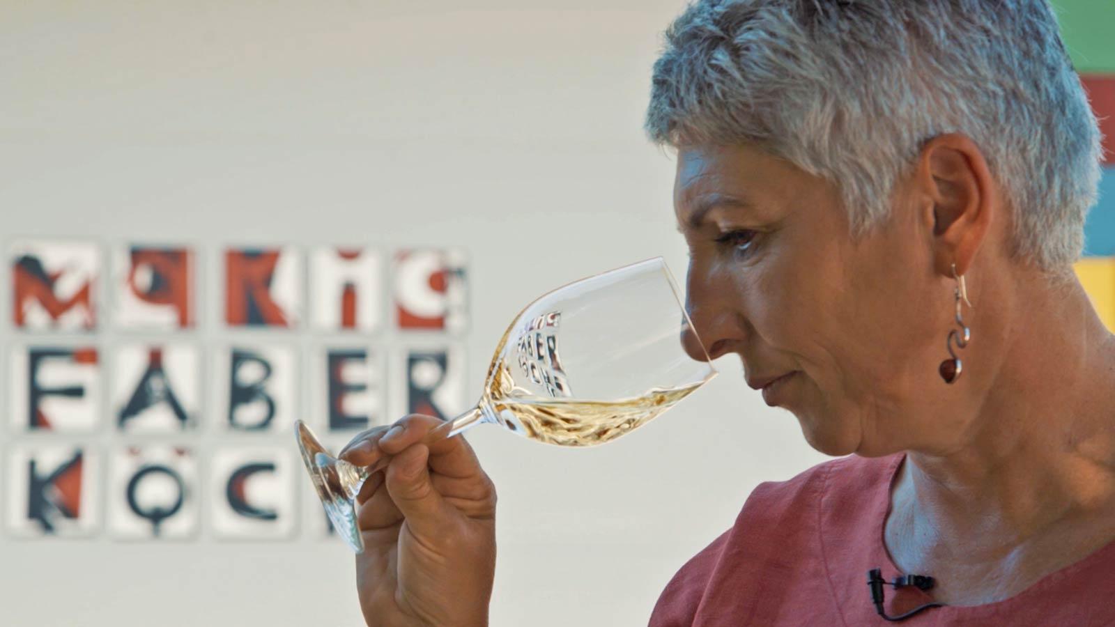 Maria Faber-Köchl verkostet ein Glas Grüner Veltliner Saazen