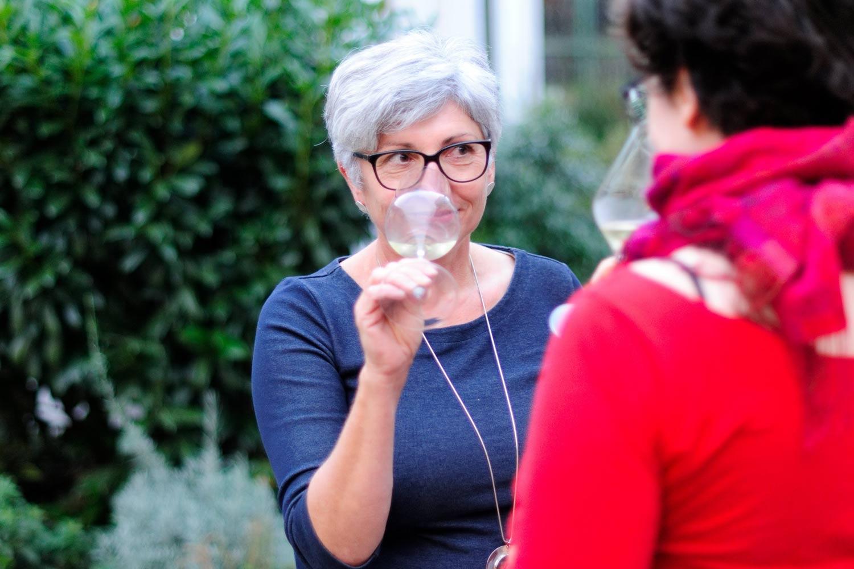 Maria Faber-Köchl riecht an einem Glas Wein