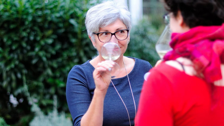 Maria Faber-Köchl riecht an einem Glas Grüner Veltliner
