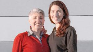 Maria Faber-Köchl und Anna Faber stehen vor einer grauen Wand