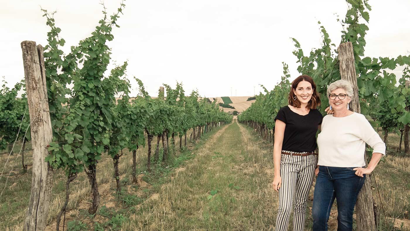 Die Winzerinnen Anna Faber und Maria Faber-Köchl stehen am Beginn einer Weingarten-Zeile