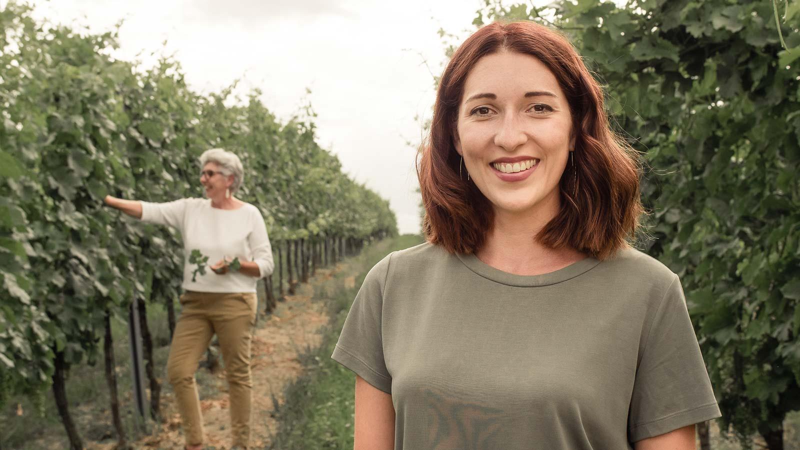 Portrait von Anna Faber im Weingarten mit Maria Faber-Köchl im Hintergrund