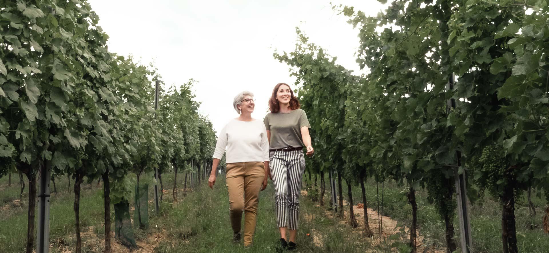 Winzerinnen Maria Faber-Köchl und Anna Faber gehen durch den Weingarten
