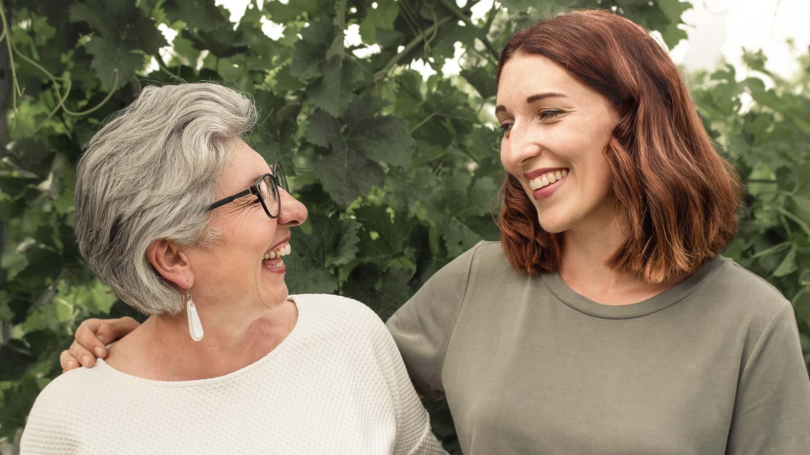 Maria Faber-Köchl und Anna Faber lachen vor einem Weingarten