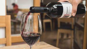 Ein Glas der Rotwein-Cuvée Quercus wird eingeschenkt