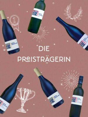 """Foto-Montage mit 6 Weinen auf rotem Hintergrund und Schriftzug """"Die Preisträgerin"""""""