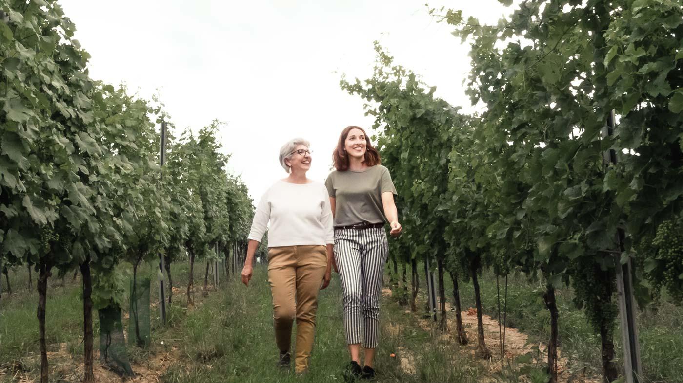 Maria und Anna Faber-Köchl spazieren durch den Weingarten